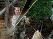 Vojáci demolují domy poničené povodněmi