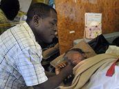 Bahia Bakari se svým otcem Kassimem v letadle francouzské vlády, které ji dopravilo z Komor zpět do Francie (2. července 2009)