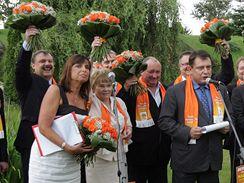 Lídři volebních kandidátek ČSSD včele s Jiřím Paroubkem po programové konferenci (4.7.2009)