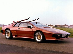 Auto Lotus Esprit Turbo, ve kterém se proháněl James Bond, jde do dražby