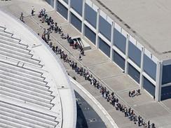 Fanoušci před losangelskou halou Staples Center