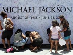 Fanoušci Michaela Jacksona se podepisují na vzpomínkovou zeď