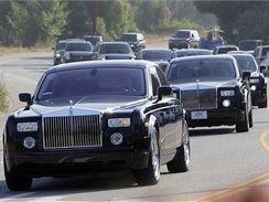Kolona limuzín Rolls-Royce s pozůstalými přijíždí na hřbitov Forest Lawn v Los Angeles