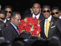 Bratři Michaela Jacksona nesou rakev ve Staples Centre