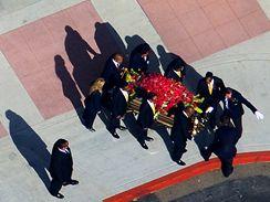 Jacksonovi bratři nesou rakev z rozloučení s rodinou