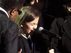 Dvanáctiletá dcera Paris se při svém projevu rozbrečela
