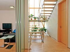 Subtilní schodiště i posuvné skleněné dveře prostor odlehčují