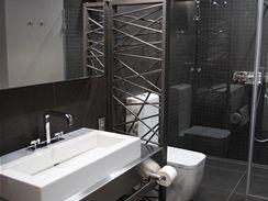 Efektní otopný žebřík (Scirocco) v hostovské koupelně