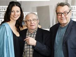 Režisér Miloš Forman s hlavními hrdiny Dobře placené procházky Dášou Zázvůrkovou a Jiřím Suchým.