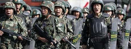 Čínští vojáci v ulicích města Urumči, střediska Ujgurské autonomní oblasti (11. července 2009)