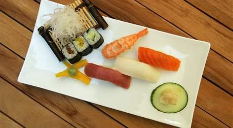 Správné sushi potřebuje zelený křen wasabi, rýži, řasu nori, syrovou rybu a bambusové výhonky