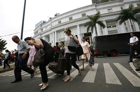 Turisté opouštejí po jakartský hotel Ritz-Carlton poničený bombovým atentátem (17. července 2009)