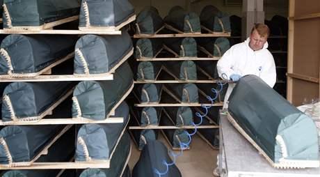 Rakve s ostatky z masových hrobů v Srebrenici (6. července 2009)