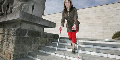 Schody jsou jedn�m z ka�dodenn�ch probl�m� posti�en�ch, ��k� t�icetilet� Lenka Ji�i�n�.