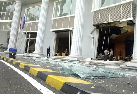 Hotel Ritz-Carlton v Jakartě poničený bombovým atentátem (17. července 2009)