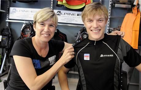 Kateřina Neumannová ukazuje na Tomáši Vernerovi tričko, které budou mít v jiném barevném provedení olympionici na hrách ve Vancouveru 2010.