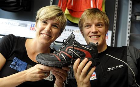 Kateřina Neumannová a Tomáš Verner s botou z olympijské kolekce pro hry ve Vancouveru 2010.