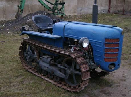 Pásový traktor v původním stavu