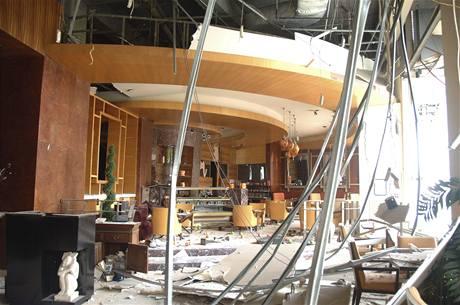 Výbuchem zničený vestibul hotelu Ritz-Carlton v Jakartě