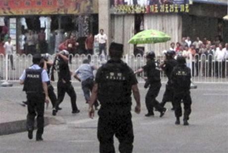 Policejní zákrok v Urumči. (13. července 2009)