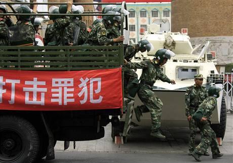 Na klid v ulicích Urumči stále dohlížejí ozbrojené složky (13. července 2009)