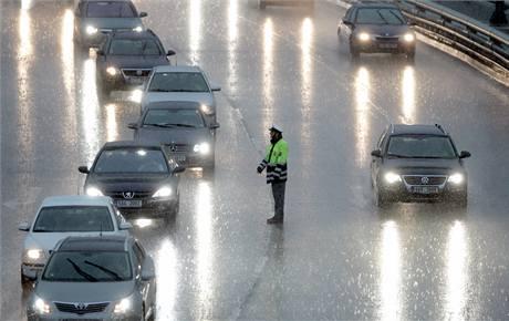 V silné bouřce museli policisté korigovat dopravu u Barrandovského mostu.