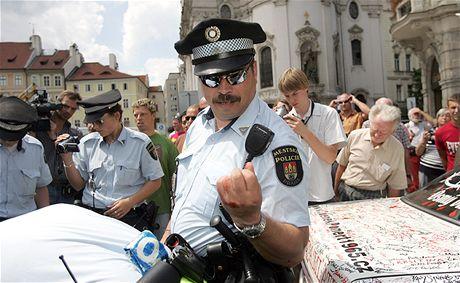 Rvačka taxikářů s policisty a strážníky na Staroměstském náměstí v Praze (16. července 2009)