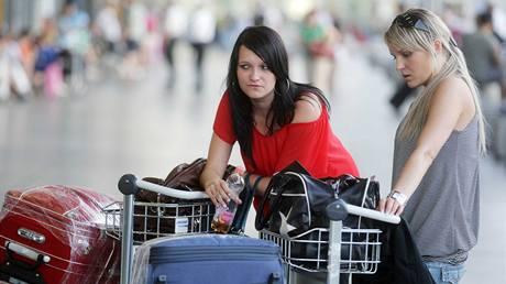 Na letišti zůstaly desítky klientů. Lucie Drahorádová (vlevo) a Jana Šafránková (vpravo) z Hradce Králové měly letět na Ibizu.