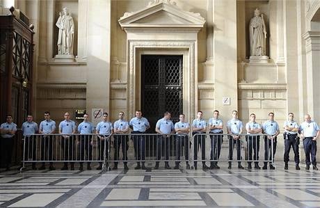Policisté hlídají soudní budovu, ve které proběhlo líčení s Fofanovým gangem. Jeho vůdce dostal za smrt Žida doživotí
