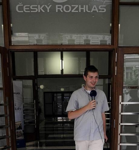 Reportér Jiří Kokmotos vychází z rekonstruované budovy ČRo.