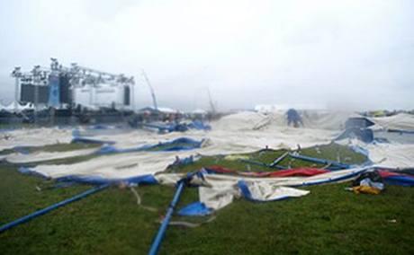 Vichřice pokosila všechny stany a pódia slovenského festivalu Pohoda během několika minut.