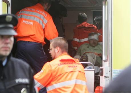 Záchranáři odvážejí psychicky narušeného muže, který na sídlišti v Praze Kobylisích držel jako rukojmí 11letou dívku.