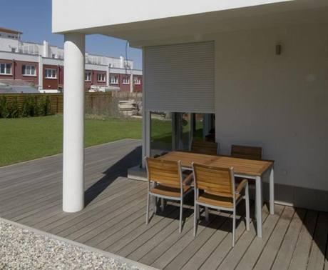 V ostrém poledním slunci vynikne plasticita rohového okna a kryté terasy