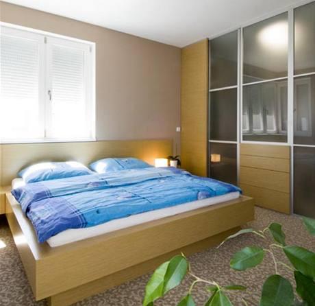 Do ložnice rodičů je vestavěna rohová šatna přístupná posuvnými dveřmi
