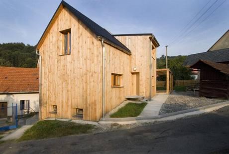 Až obložení z naolejované borovice získá patinu, bude se dům podobat staré valašské stodole