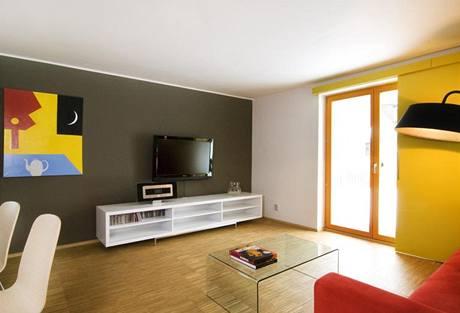 Vybavení interiéru doplňují obrazy sladěné s barvou stěn. Nejde o záměr, ale o kouzlo nechtěného