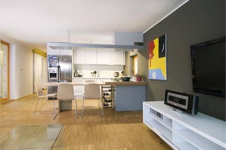 Kuchyňská linka z MDF desek je na míru, horní skříňky až ke stropu efektivně využívají prostor