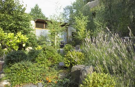Bujná zahradní zeleň znabízí hostům v letním bytě soukromí