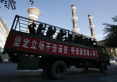 Čínští vojáci hlídají mešity v Urumči (10. července 2009)