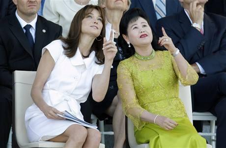 Choť francouzského prezidenta Carla Bruniová (vlevo) s manželkou kambodžského premiéra (14. července 2009)