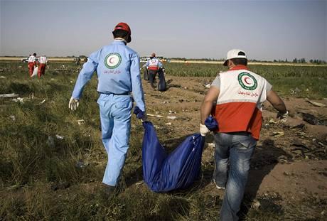 Záchranáři se stále snaží najít trosky a ostatky cestujících