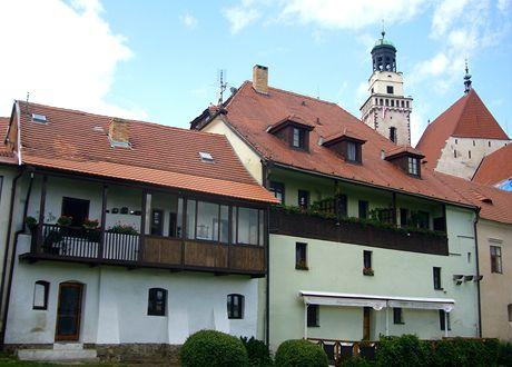Prachatice. Pohled z městské zahrady na kostel svatého Jakuba
