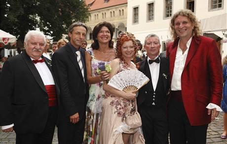 Novomanželé Bára Štěpánová a Míra Barabáš s oddávajím a svědky