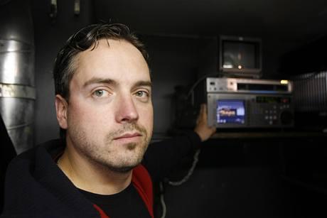 Promítač Milan Eber ukazuje zařízení, které promítne Bílou stuhu