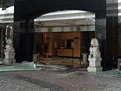 Hotel Marriot v Jakartě poničený bombovým atentátem (17. července 2009)