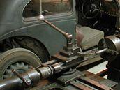 Expozice historických vozidel - dílna ze 30. let 20. století.