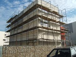 Při stavbě fasády