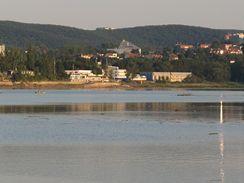 Brněnská přehrada zadržela masu vody tropickými lijáky zaplněné řeky Svratky