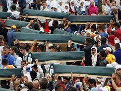 Pohřeb nově identifikovaných ostatků zabitých muslimů v Srebrenici (11. července 2009)