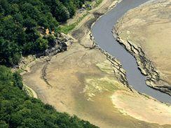 Brněnská přehrada je vypuštěná. Hladina je na nejnižší úrovni v historii. V horní části u hradu Veveří je patrné původní koryto Svratky. Nyní se bude nádrž provzdušnovat, aby se zabránilo množení sinic